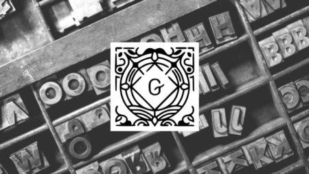 Caixa de tipos móveis em metal com logotipo do editor Gutenberg sobre